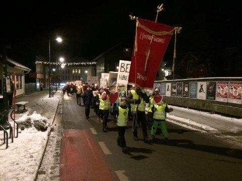 AKSJON FOR SKOLEN: Fakkeltoget gikk fra Hønefoss skole til Søndre torg mandag ettermiddag.