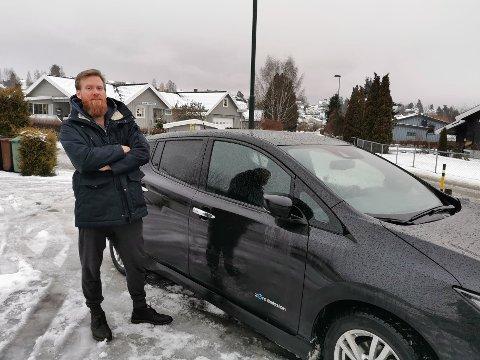 IRRITERT: Kenneth Haugen fra Hønefoss fant bilen sin oppskrapet utenfor Plantasjen i Hønefoss. Foto: Privat