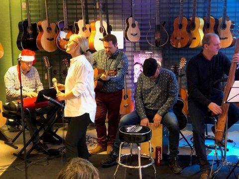 Hølen & Co fremførte flere jazz- og julelåter i en fullsatt gitarrom hos Tritonos.