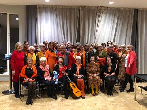 ORANSJE DAGER: Ringerike soroptimistklubb markerte oransje dager under julemøtet 4. desember på Sundvolden hotell.