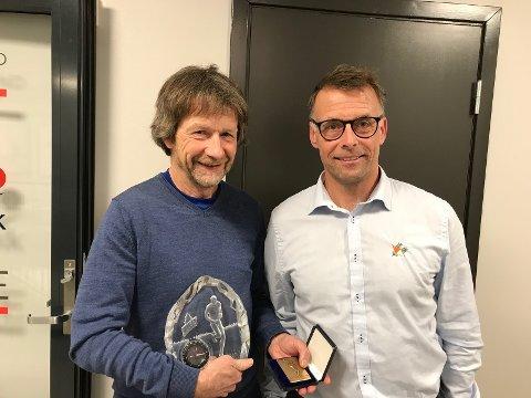 HEDER: Morten Dåsnes (til venstre) mottar Silvas ærespris av generalsekretær i NOF Lasse Arnesen.