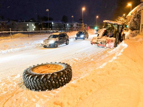 LØSNET: Traktorhjulet ble liggende igjen i Kongens gate.