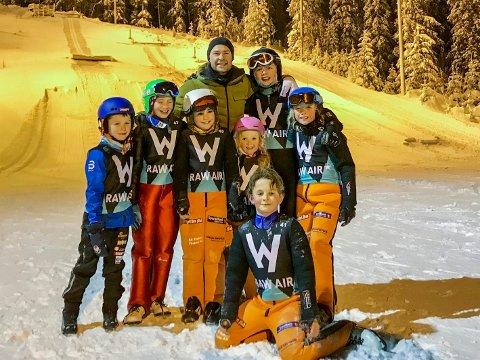 Hoppskole er kjempegøy synes Isak, Oda, Celine, Miriam, Torstein, Oliver og Tobias. Her sammen med Anders Jakobsen.