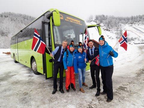 BUSS TIL BAKKEN: - Ta bussen til Vikersund, oppfordrer bussjåfør Sigmund Lobben, generalsekretær Tone Kristiansen, markedssjef i Vikersund Ine Finsrud, Nettbuss-leder Ole Ringerud Jr. og pressesjef i Vikersund Hilde Grønhovd.
