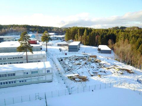 REVET: Tennishallen er revet, og det er trygt for elevene å komme tilbake på skolen.