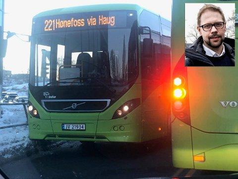 TRANGT I SENTRUM: Leder i nettbuss Ringerike, Simen Strøm, sier bussene har problemer med å passere hverandre og andre tunge kjøretøyer flere steder i byen. Her lirker to busser seg forbi hverandre i lyskrysset ved Ringerike kultursenter.