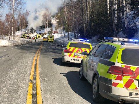 BRANN: E16 er helt sperret etter at hus nær veien i Nes i Ådal tok fyr. Huset skal ha vært ubebodd.