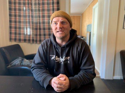 GIR IKKE OPP: Christoffer Hove gjør det han kan for å få åpnet alpinanlegget igjen, tross lite snø.