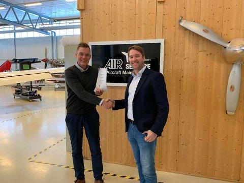 Daglig leder i Air Service, Henrik Melbostad (t.v.), har inngått en intensjonsavtale med daglig leder Marius Hansen i Babcock Scandinavian AirAmbulance.