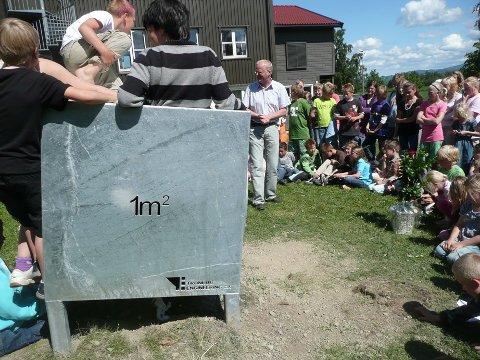 GAVE: Røyse skole har fått «Kubikkmeteren» i gave av Tronrud Engineering.