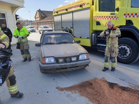 FALT AV: Bilen som skulle vrakes falt av tilhengeren på vei gjennom Hønefoss sentrum.