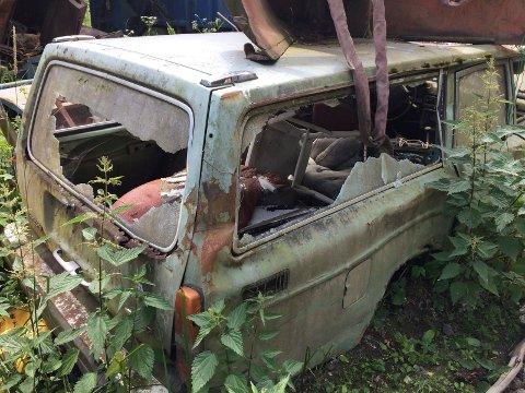 BILVRAK: Dette bilvraket med knuste ruter ble blant annet funnet på Nakkerud.