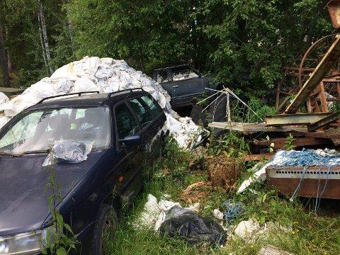 MENGDER Store mengder kjøretøyer står på eiendommen på Nakkerud.