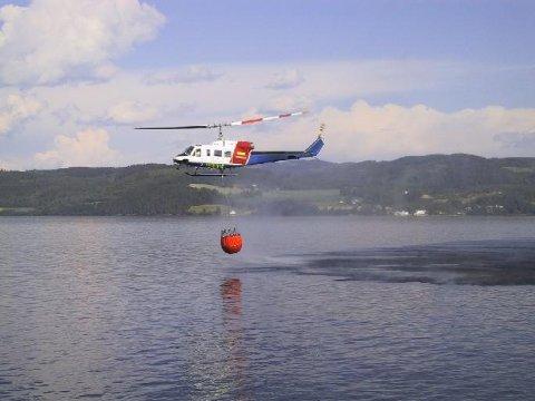 Brannhelikopteret bisto brannvesenet da det brøt ut skogbrann ved Onsaker på Jevnaker.