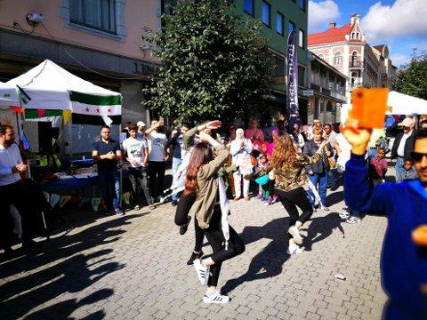 DANS: Onsdag blir det dans i sentrum, med aktører fra mange forskjellige deler av verden. Dansen kan oppleves på Søndre torg, midt i Hønefoss.