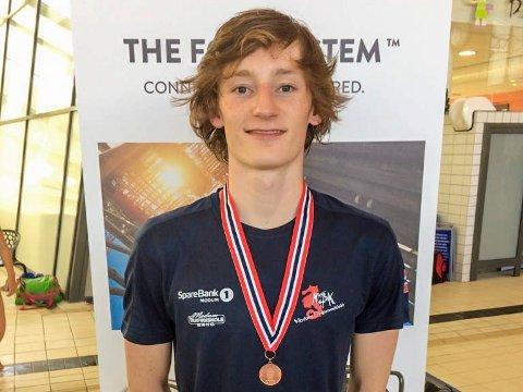Theodor Myklebusthaug med sin første NM-medalje rundt halsen.