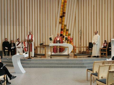 FRA KAPELLAN TIL PREST: F.v. fungerende prost Marie Lyngseth, biskop Jan Otto Myrseth og prest Jacob Brede Antonsen.