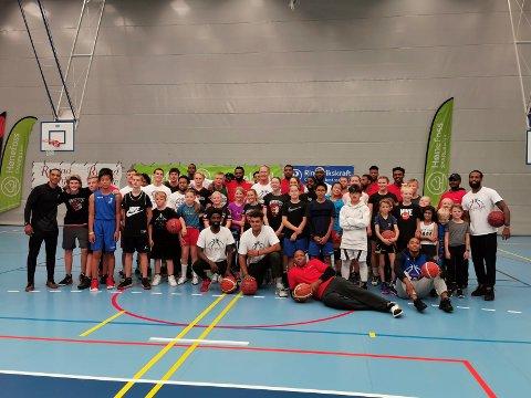 STORFINT BESØK: Basketgjengen i HBBK fikk besøk fra USA og England forrige helg, og da benyttet HBBK-talentene muligheten til å lære.