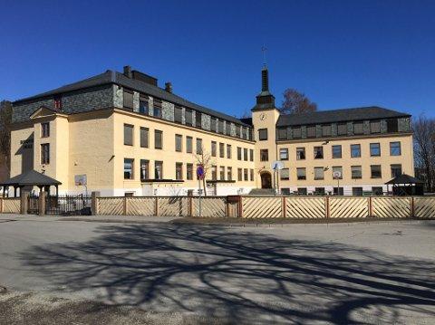HØNEFOSS SKOLE: Snart tas dette bygget i bruk igjen.
