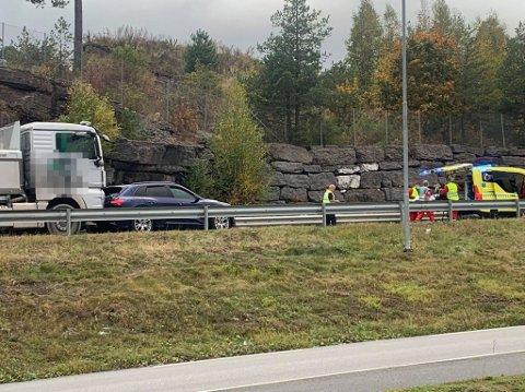 PÅKJØRSEL: En lastebil kjørte i en personbil på E16 ved Circle K i Hole torsdag formiddag.