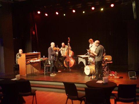 Nils Økland Band briljerte, imponerte og fascinerte fredag kveld