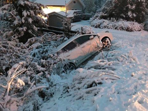 AV VEIEN: Slik gikk det for en bil i Haugsbygd tirsdag morgen.