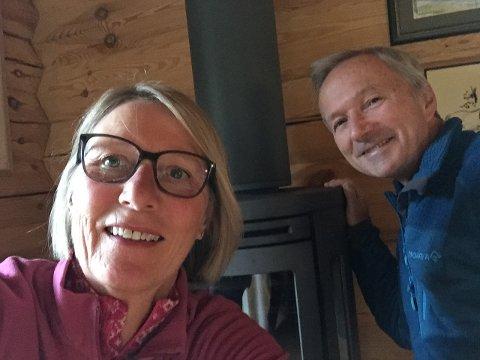 FORAN OVNEN: Wenche Brenden og Dag Borgen har hytte i Nordre Brandbu. Der fikk de etterhvert ut ugla som hadde satt seg fast i pipa. Foto: Privat