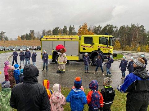 HYGGELIG BESØK: Brannvesenet med Bjørnis i spissen og Hole kulturskole besøkte alle barnehagene i Hole kommune.
