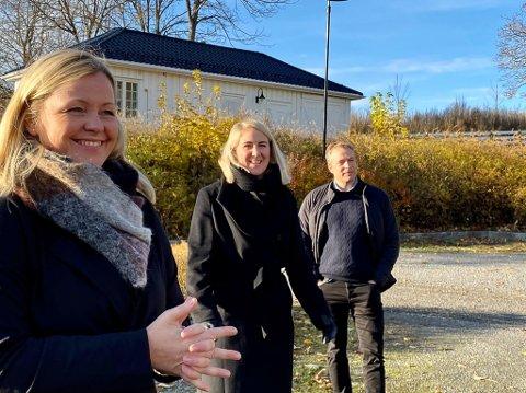 Fra venstre partisekretær i Arbeiderpartiet, Kjersti Stenseng, fylkesordfører i Viken, Tonje Brenna og ordfører i Jevnaker, Morten Lafton. Torsdag presenterte de deler av Arbeiderpartiets distriktspolitikk.