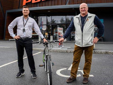FIKK SYKLER: 10 slike sykler fikk Rune Stenslette (til høyre) overrakt av David Andersen hos Power i Hønefoss.