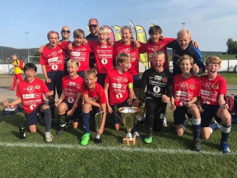 TOK POKALEN HJEM: Holeværingen G13 etter seieren i Liungen-cup.