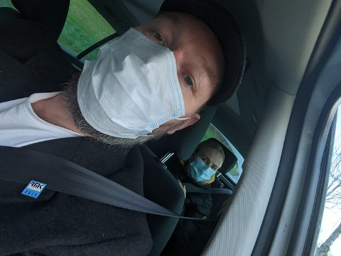 TESTING: Far Jostein på vei til testing sammen med datter Eli. Lite visste de da at også pappa var smittet .