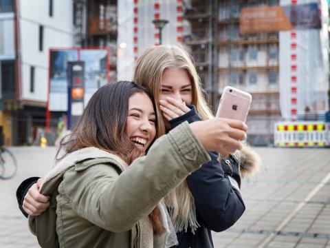 Det kan være vanskelig for ungdom å holde avstand, vedgår statsminister Erna Solberg (H). Hun ber tenåringer tenke på smittevernreglene, selv om de får lov til å være mer sammen enn voksne. Illustrasjonsfoto.