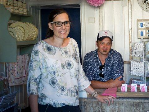 LEGGER NED: Nicole G. og Lars Magne Brenna selger ut varelageret og stenger butikken. (arkiv)