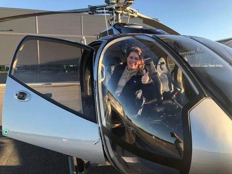 JUBILANT: Anne Sofie Aasen på vei inn i helikopteret på Eggemoen, klar for å løse inn gaven hun fikk til sin 50-årsdag.