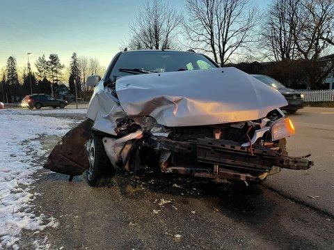 ULYKKE: To biler kjørte i hverandre ved 15-tiden fredag. De involverte skal være uskadd.