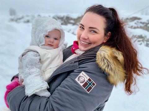 INNSPILLING: Victoria Tvenge-Carlsen og datteren Adeleine under innspillingen i Lunner pukkverk. Foto: Bjørn Bjørkli