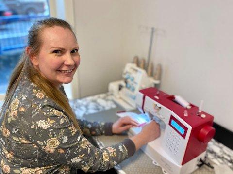 IKKE FOR SALG: Nore Therese Dahlsrud Glomsås forteller at de syr noen munnbind i butikken. – Men det er bare for å ha modeller. Vi har ikke kapasitet til å sy for salg, sier hun.