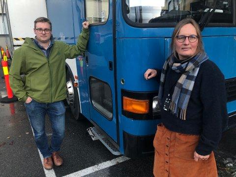 PCR I BUSSEN: Mangel på hurtigtester gjør at det har blitt mer PCR-testing i denne bussen i Hønefoss, opplyser Karin Møller. Her med assisterende kommuneoverlege Christian Skari.