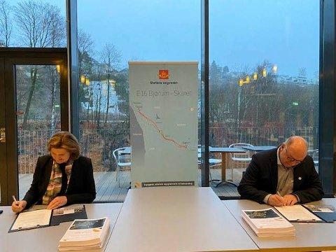 SIGNERTE: Vegdirektør Ingrid Dahl Hovland og Steinar Myhre fra Skanska signerte tidenes største veikontrakt denne uken.
