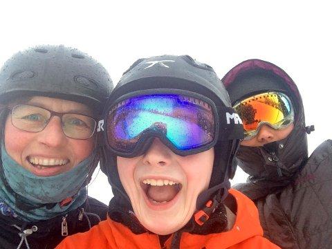 TRIVES UTE: Tida med ungene er kanskje den viktigste, også for en kommuneoverlege. Her er Karin Møller på ski på Geilo sammen med barna Just (16) og Ida (28).