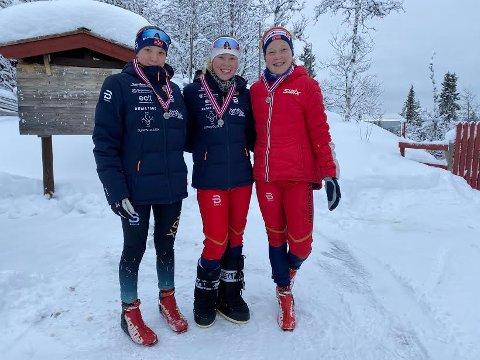 FLINKE JENTER: Karoline Grane Imsgard, Louise Marken Tronrud og Hanna Jensen  kunne glede seg over sølv i KM i stafett på Liatoppen.