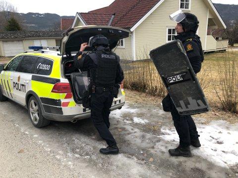 Politiet er til stede med flere væpnede patruljer på adressen i Åmot.