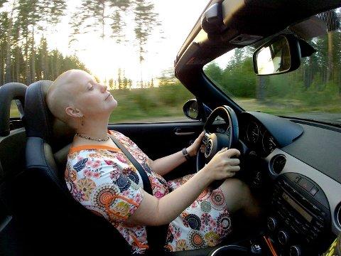 SPORTSBIL: – I Ringerikes Blads biltester er jeg som regel omtalt som Fruen i passasjersetet, men her er et slags bevis på at jeg kan kjøre bil også, sier Siv Storløkken, som er eier av en sportsbil.