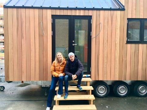 MIKROHUS: Ekteparet Jeanette (41) og David Reiss-Andersen (47) bygger miljøvennlige mikrohus på hjul. Små boliger som har alt en trenger.