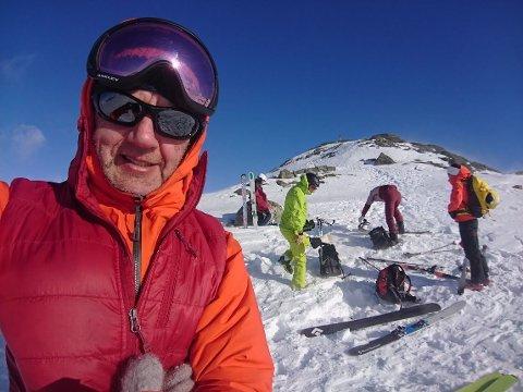 KLAR FOR NEDKJØRING: Tindeveileder Dan Halvorsen sammen med en gruppe fjellfolk på en av toppene i Hemsedal. Her er det klargjøring av utstyret før nedkjøring.