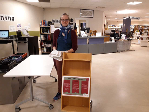 UTLÅN AV BØKER: Sigrid Nordgulen  ved Ringerike bibliotek sørger for litteratur til folket, også i disse korona-tider med strenge tiltak.