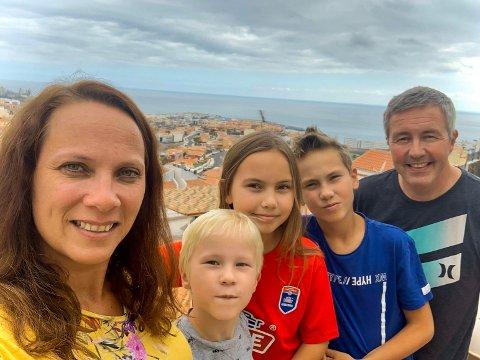FIN UTSIKT: Fra terrassen har familien god utsikt og mye sol. Trude (fra venstre), Fillip August, Emma Oline, Oskar Nicolai og Hans Olav takler portforbudet greit men savner å kunne bevege seg fritt.