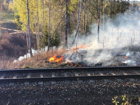 BRANN: Det brenner langs jernbanen ved Bjørkenga på Ask lørdag kveld.