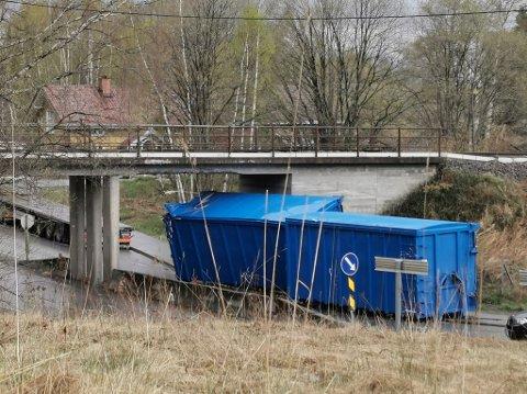 En lastebil mistet containerne etter et ublidt møte med brua ved glassverket på Jevnaker.